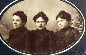Great-grandmother Ada Stephens in the middle